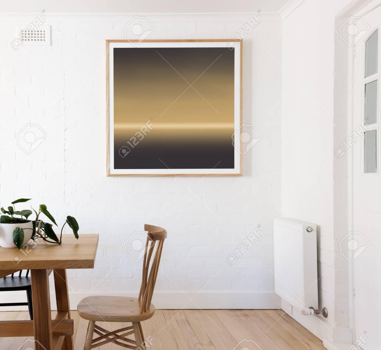 Gelb Und Schwarz Gerahmten Druck Auf Weiße Wand Im Dänischen Innen ...