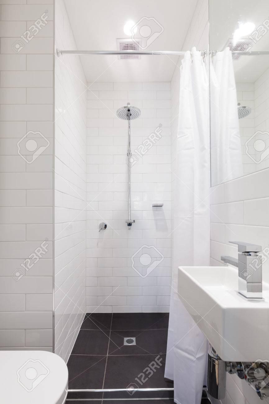 Pequeño Cuarto De Baño Blanco Reformado Con Ducha De Lluvia Fotos ...