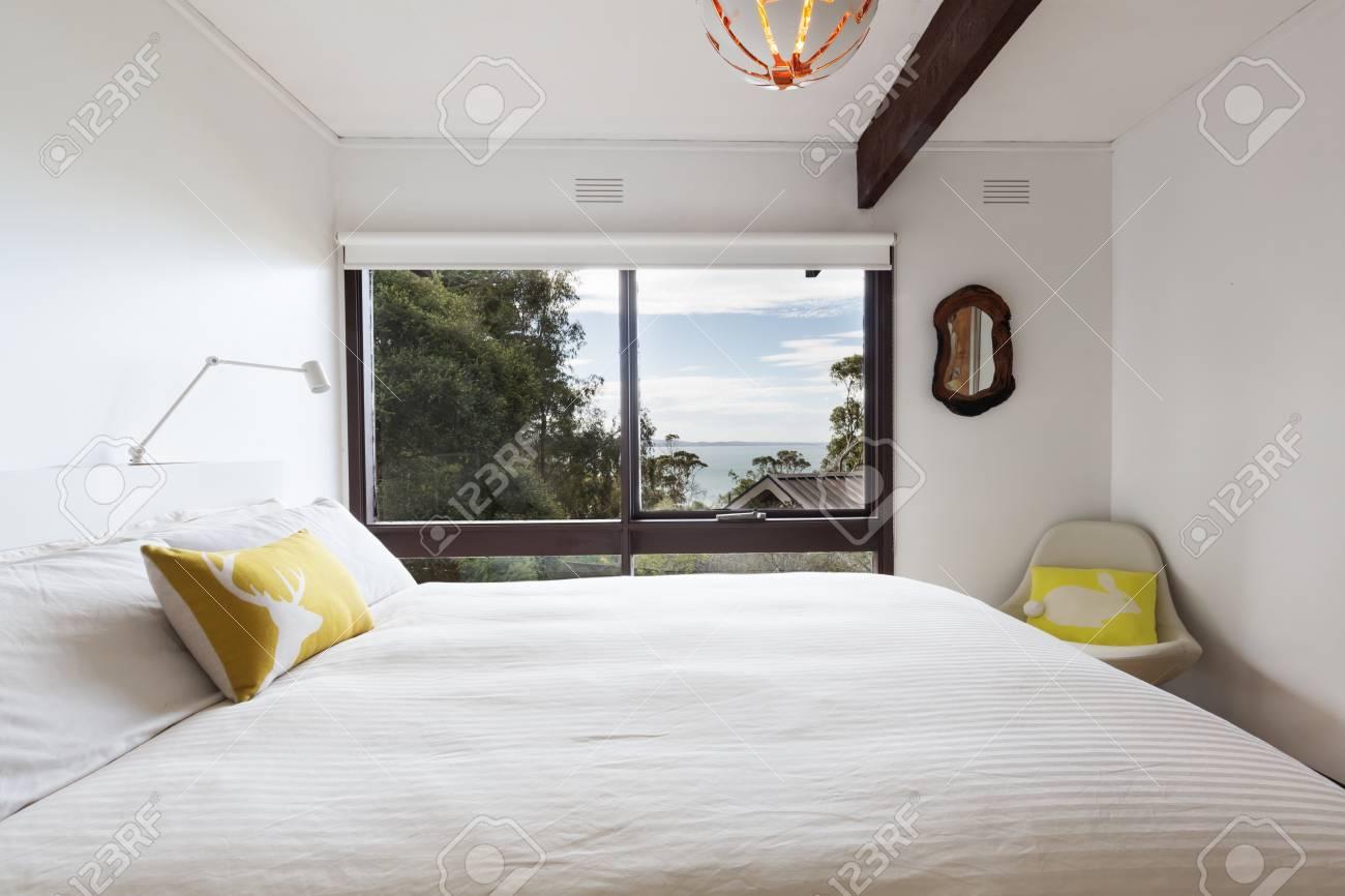 Camera Da Letto Stile Anni 70 : Vista sul mare da una camera da letto degli anni 70 in stile retrò