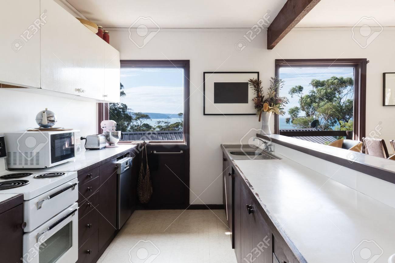 Ltere Retro-Stil der 70er Jahre Küche in der australischen Strandhaus mit  Blick