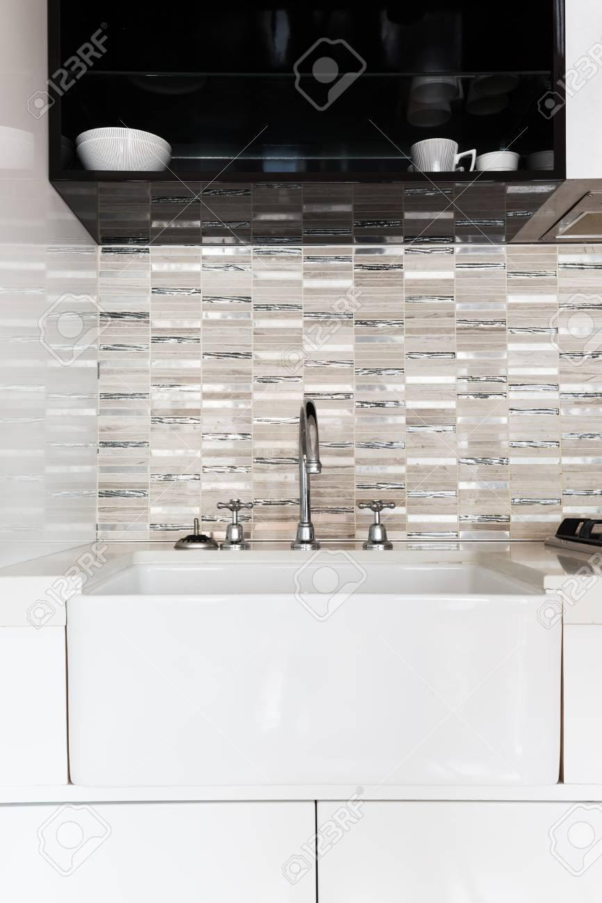 Mosaique Pour Credence Cuisine gros plan d'un évier de cuisine d'un blanc profond et d'une crédence en  mosaïque