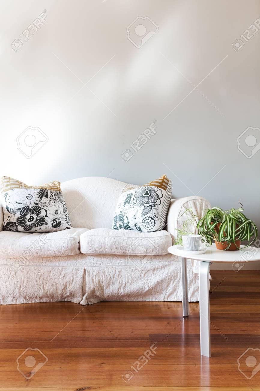 Blank mur peint en gris avec le blanc canapé de style campagnard et une  table basse