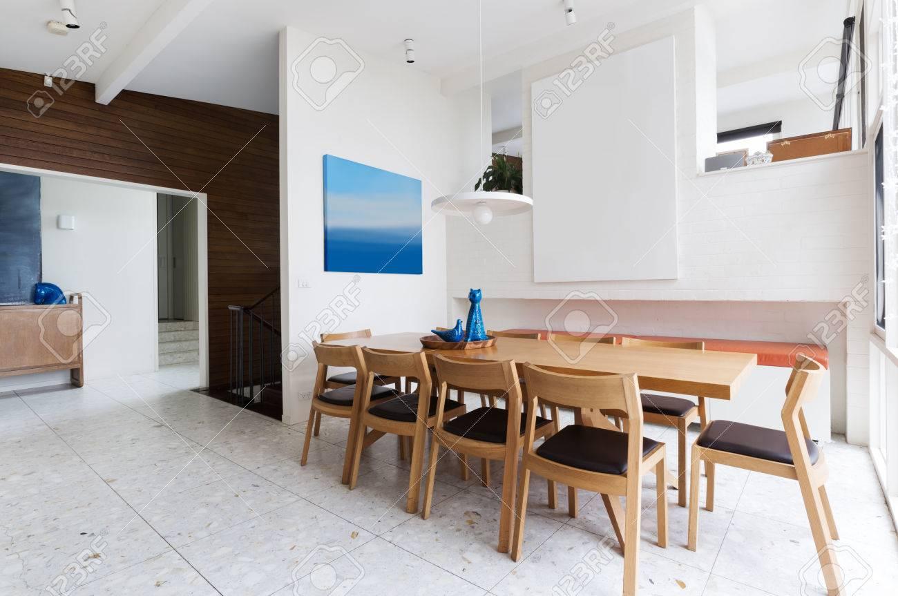 Belle de style scandinave intérieur salle à manger dans la maison  australienne moderne milieu de siècle