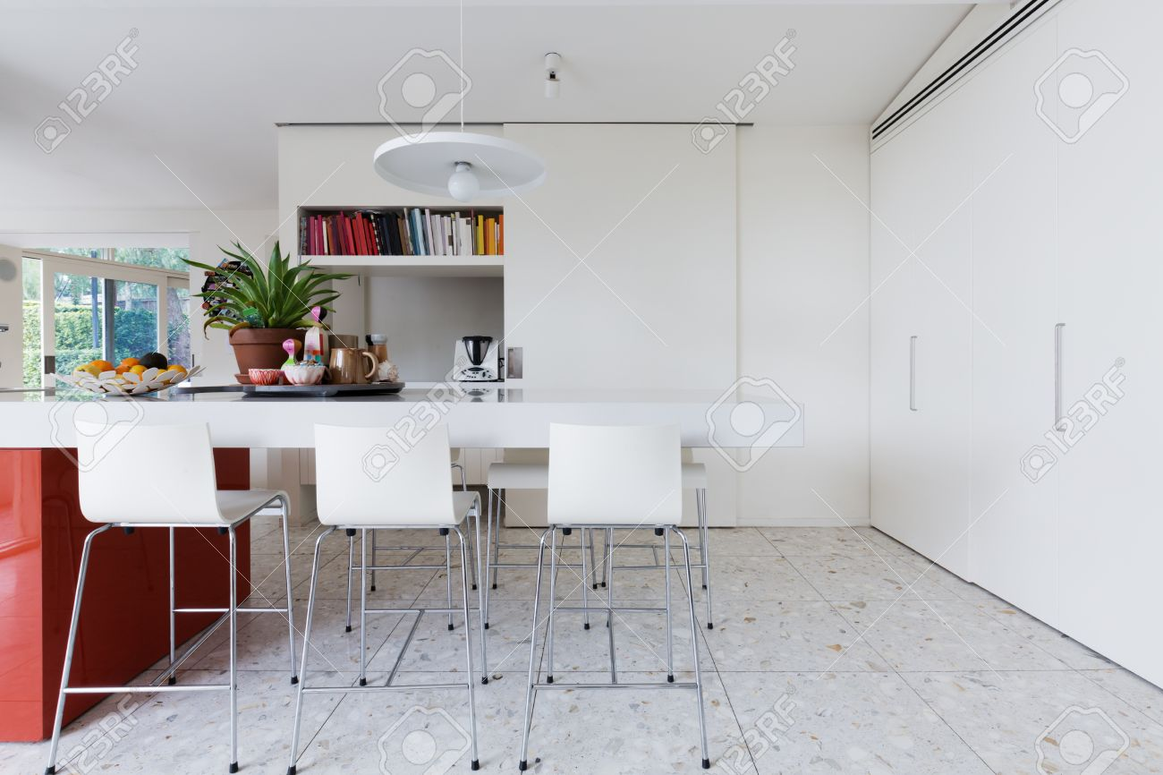 Saubere Frische Weiße Moderne Küche Insel Bank Mit Hochstühlen Und ...