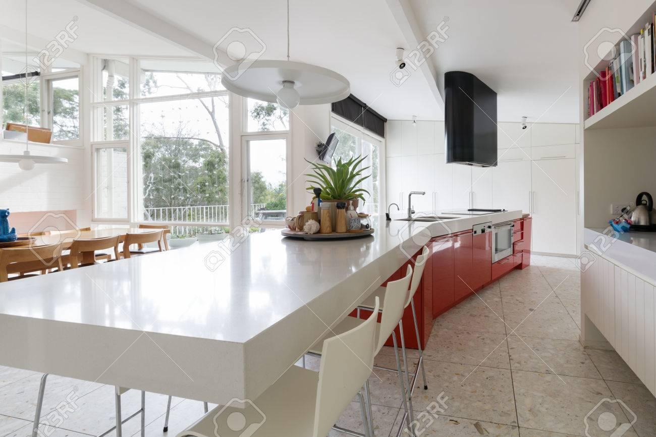 Große Designer-Küche In Der Modernen Australischen Haus Mit Garten ...