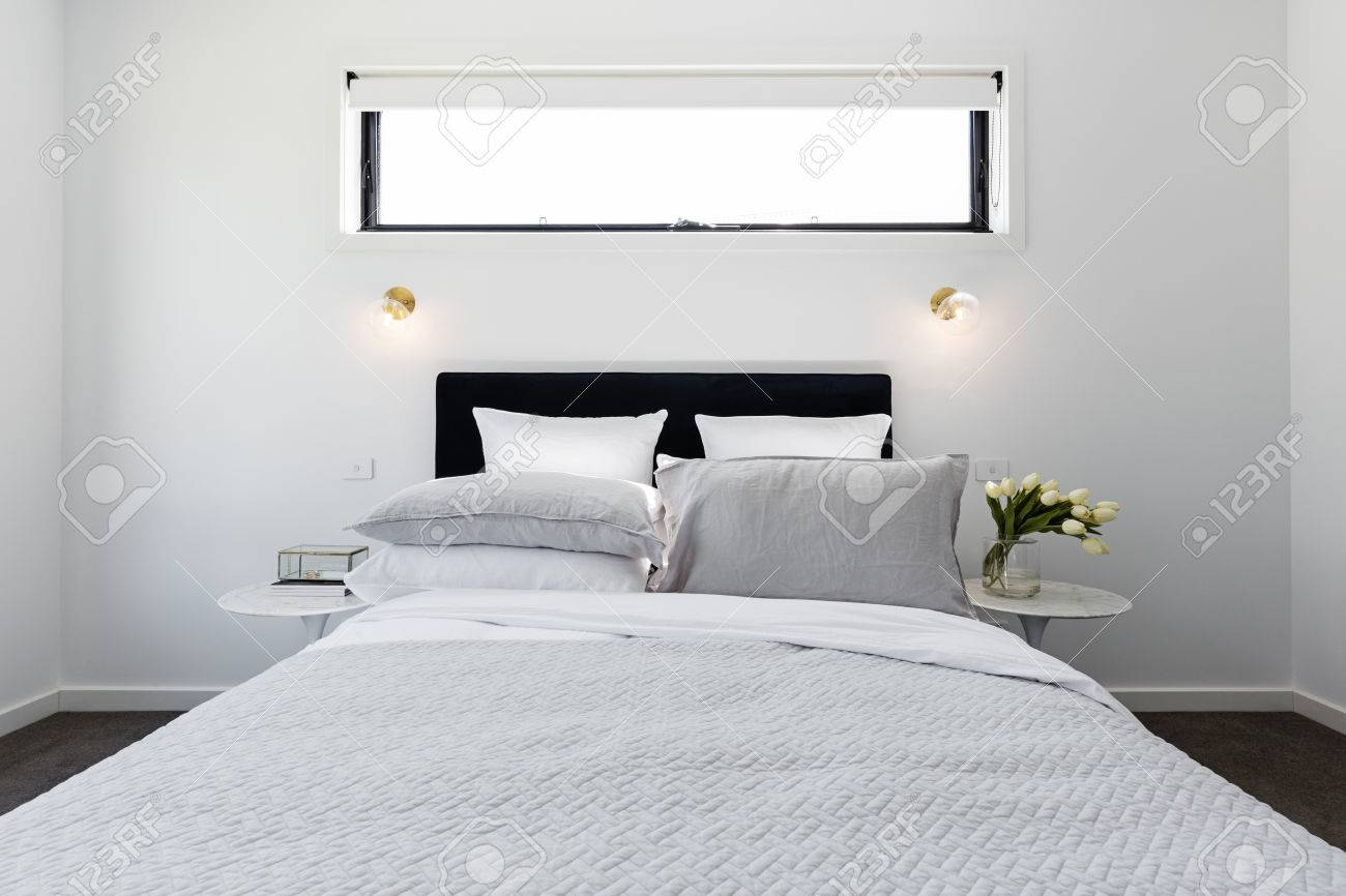 Luxuriöses, Modernes Schlafzimmer Mit Goldenen Wandleuchten Und ...