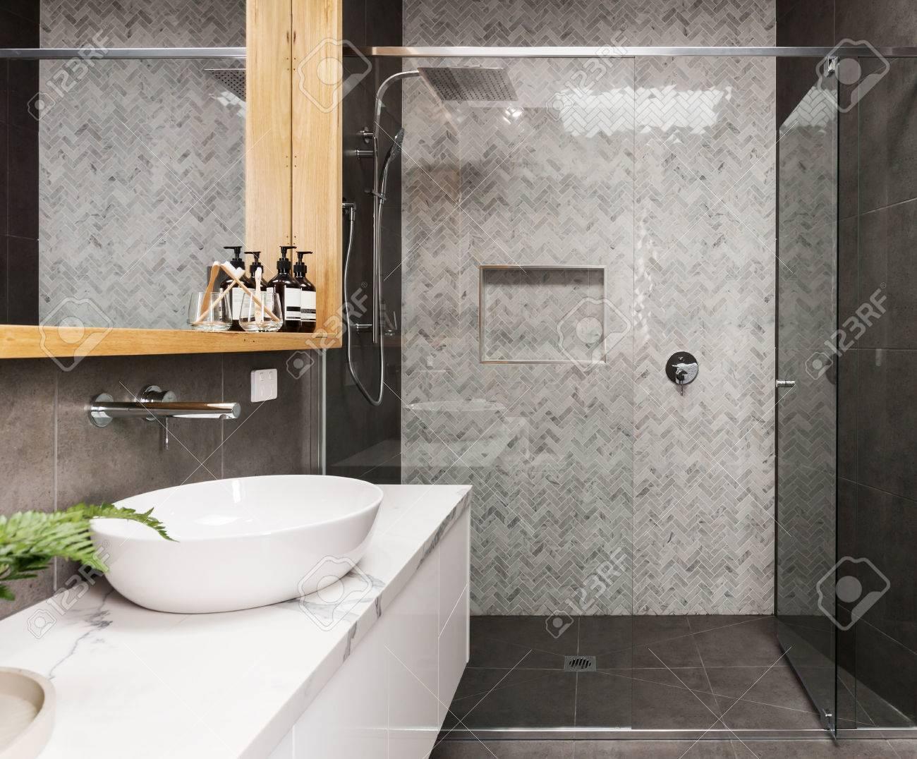 Marmor Mosaik Fischgrät Geflieste Dusche Feature Wand In Einem Modernen Bad  Standard Bild   75761360
