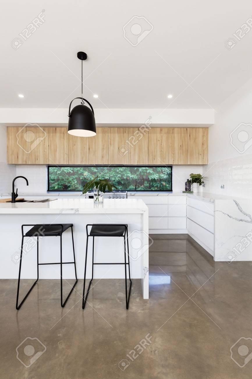 Luxus-Küche Mit Carrera Marmor Wasserfall Insel Bank Lizenzfreie ...