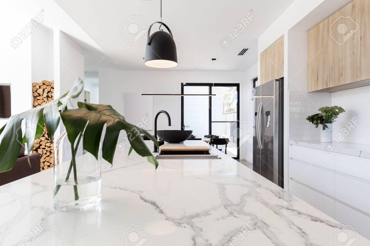 küche marmor bank hautnah mit schwarzen hängenden anhänger und vase