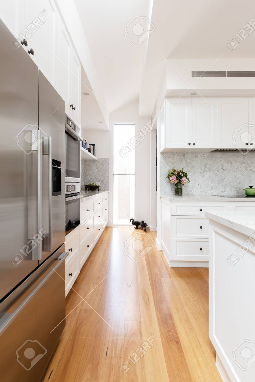 Eichenparkett Und Weißes Sandstein In Einer Neuen Küche ...