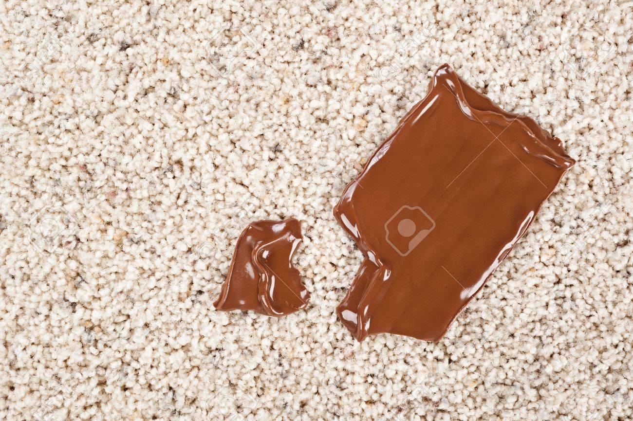 Une Barre De Chocolat Fondant Au Chocolat Tombé Sur Un Sol Recouvert ...
