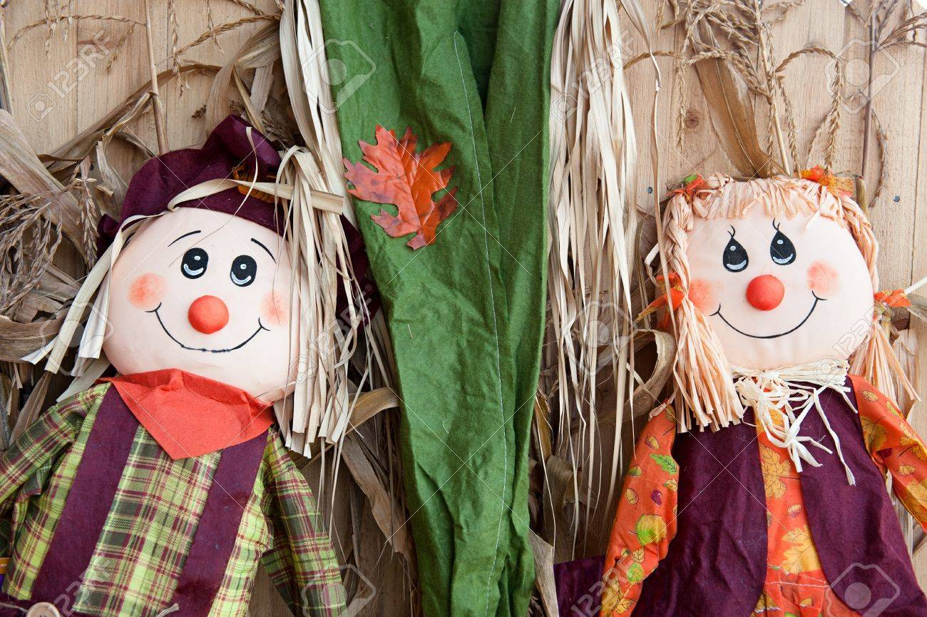 Male and female scarecrows represent the autumn holidays of Halloween and Thanksgiving Stock Photo - 16106568