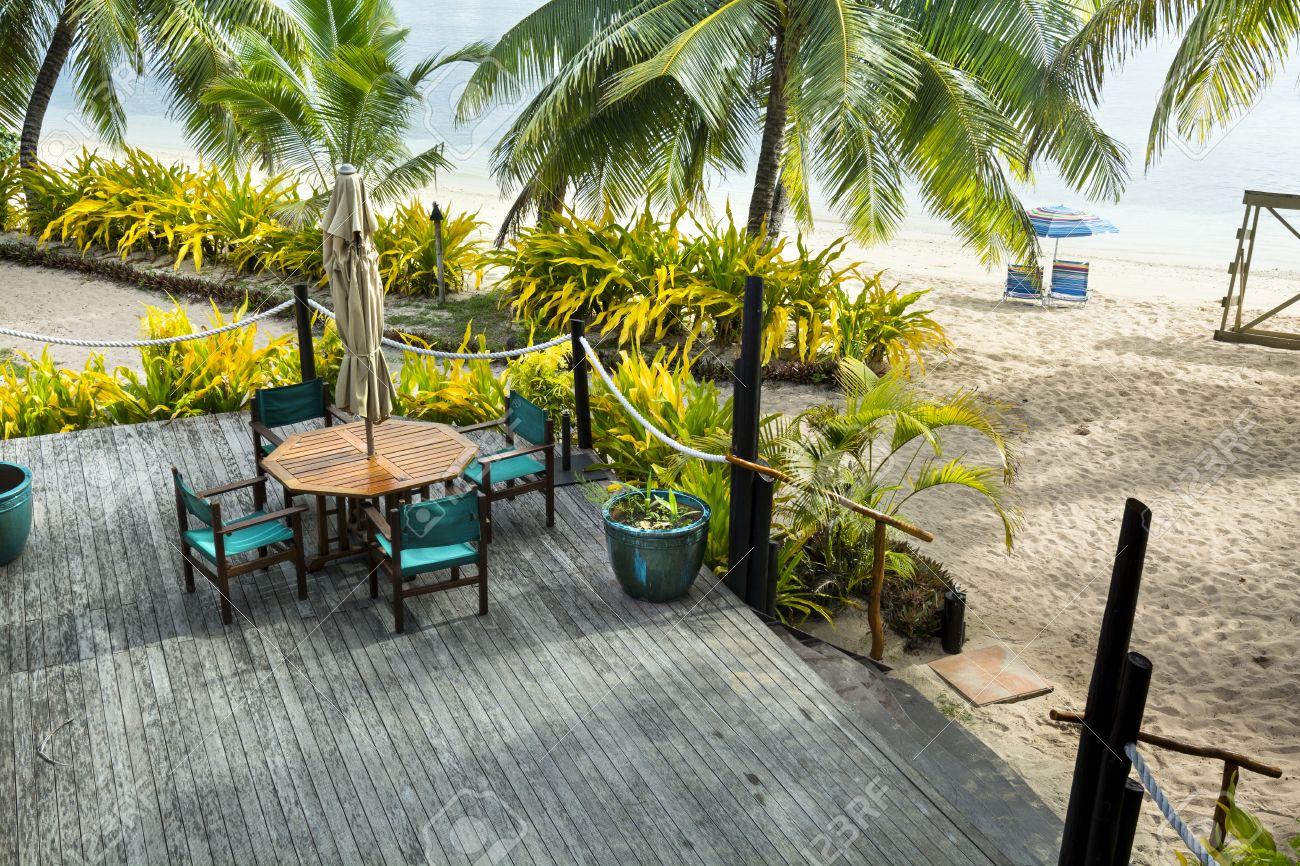Une Belle Alteree Complexe Tropical Terrasse Solarium Le Long D Une Plage Bordee De Palmiers Et De Plantes