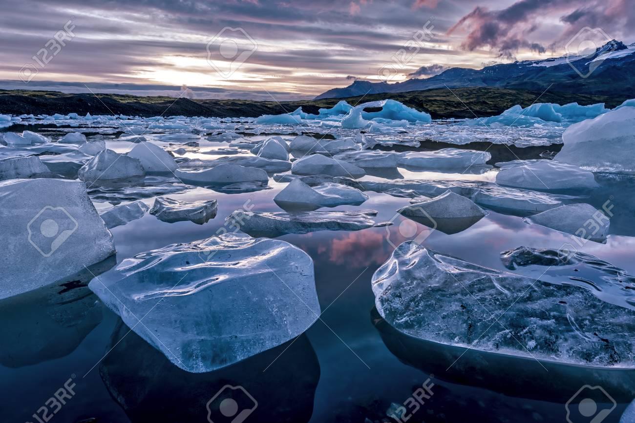 Icebergs A Lo Largo De La Orilla De La Laguna De Jokulsarlon Glacial ...