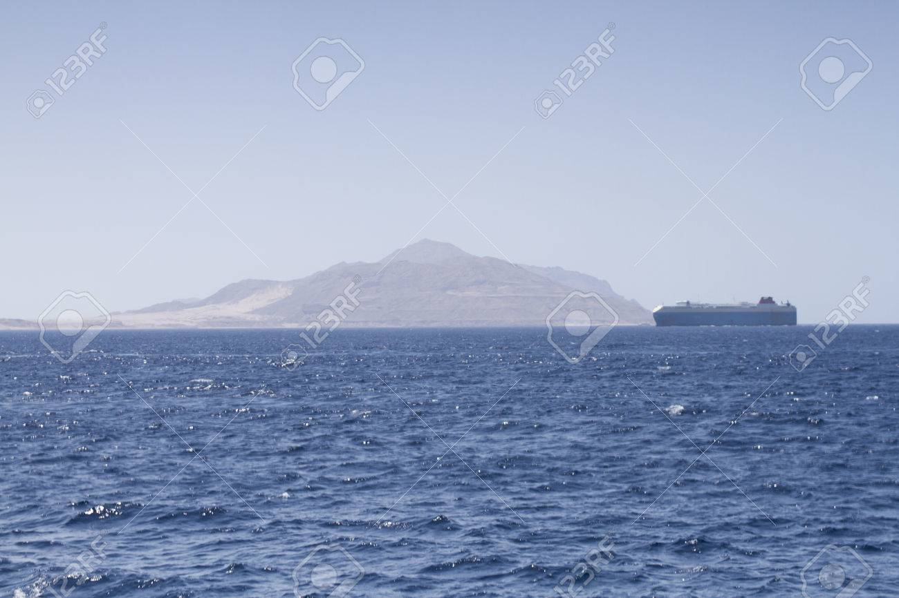 Un Unico Barco Que Navega A Traves Del Mar Rojo En Egipto Fotos