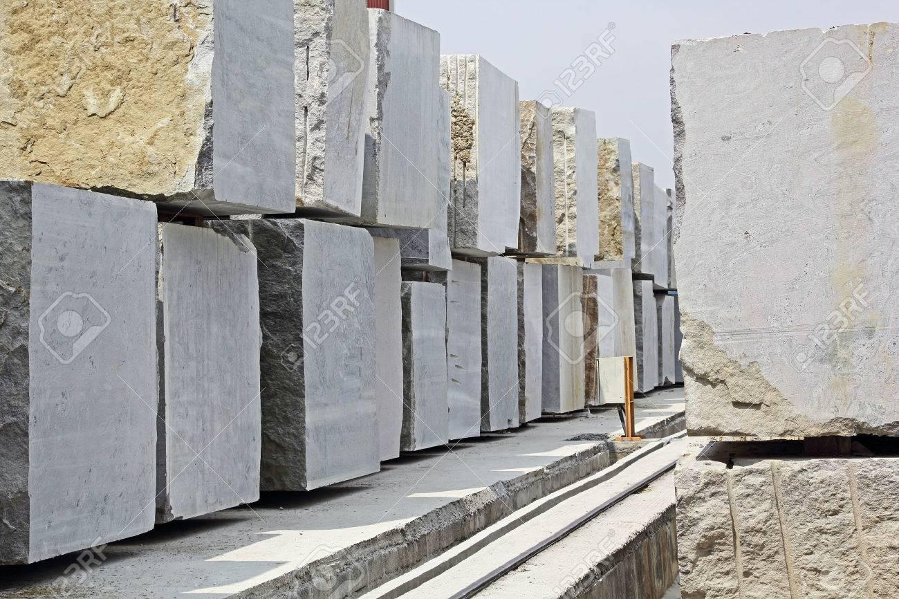 Marmor Fußbodenplatten ~ Riesige granitblöcke in einem steinverarbeitungsfabrik gestapelt zum