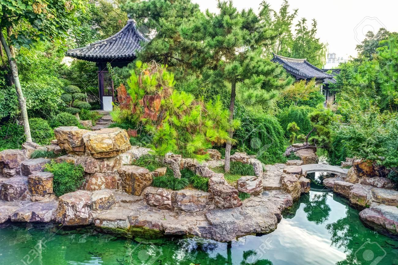 La Décoration Extérieure Traditionnelle De Jardin Chinois Dans ...