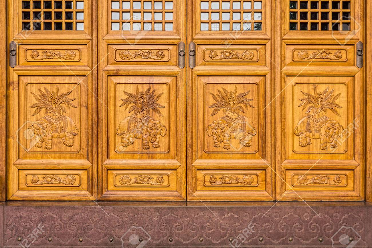 Closeup shot of the antique Chinese wooden carved doors in Jing Stock Photo  - 32774005 - Closeup Shot Of The Antique Chinese Wooden Carved Doors In Jing