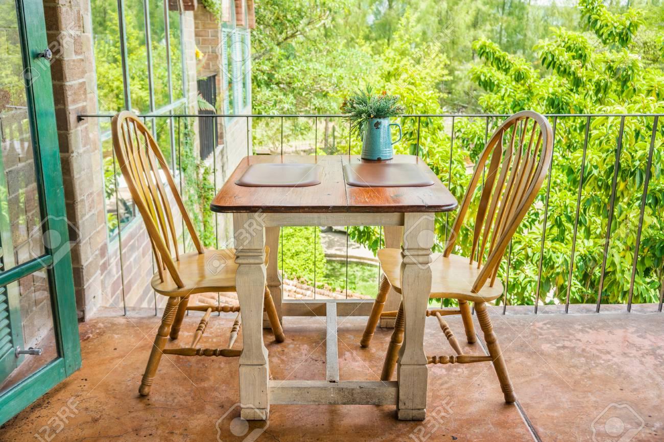 Vintage Table En Bois Et Une Chaise Sur La Terrasse La Decoration D