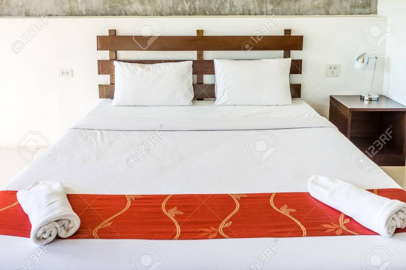 Letto matrimoniale e mobili per il relax. La camera da letto è stanza  d\'albergo.