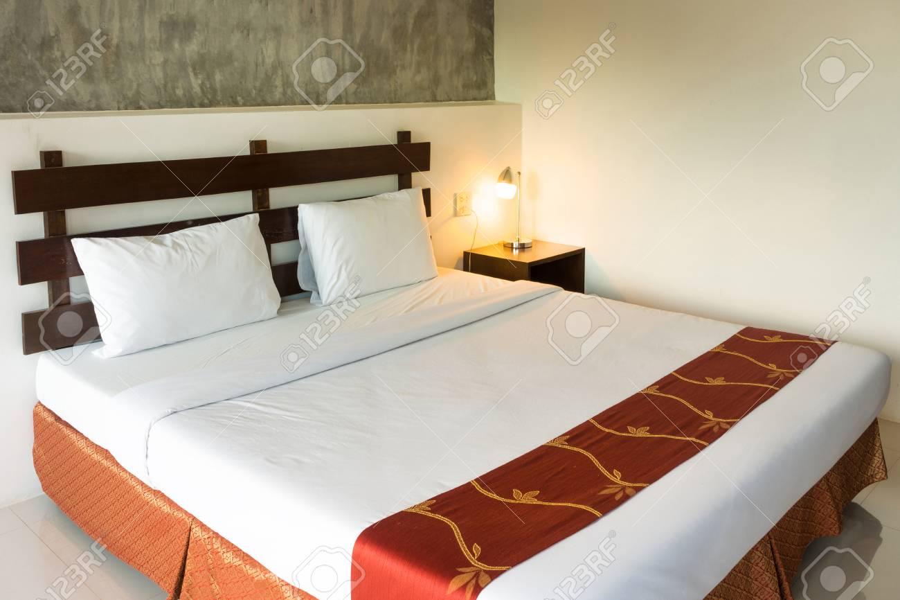 https://previews.123rf.com/images/joephoto/joephoto1511/joephoto151100102/49100910-letto-matrimoniale-con-lampada-luminosa-la-camera-da-letto-%C3%A8-stanza-d-albergo-.jpg