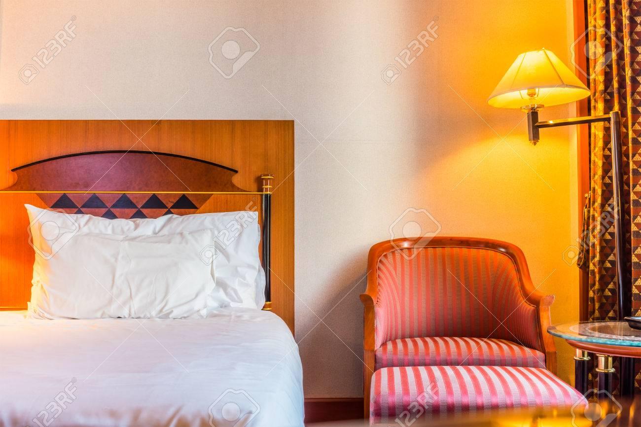 chambre à coucher romantique et une chaise pour la détente. la