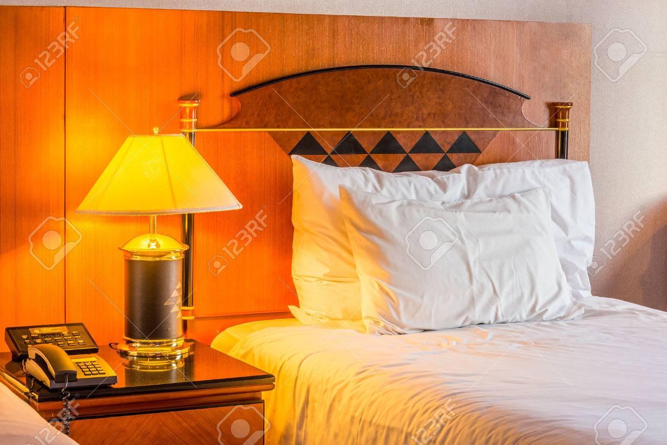 Romantica camera da letto per il relax. La camera è in camera d\'albergo.