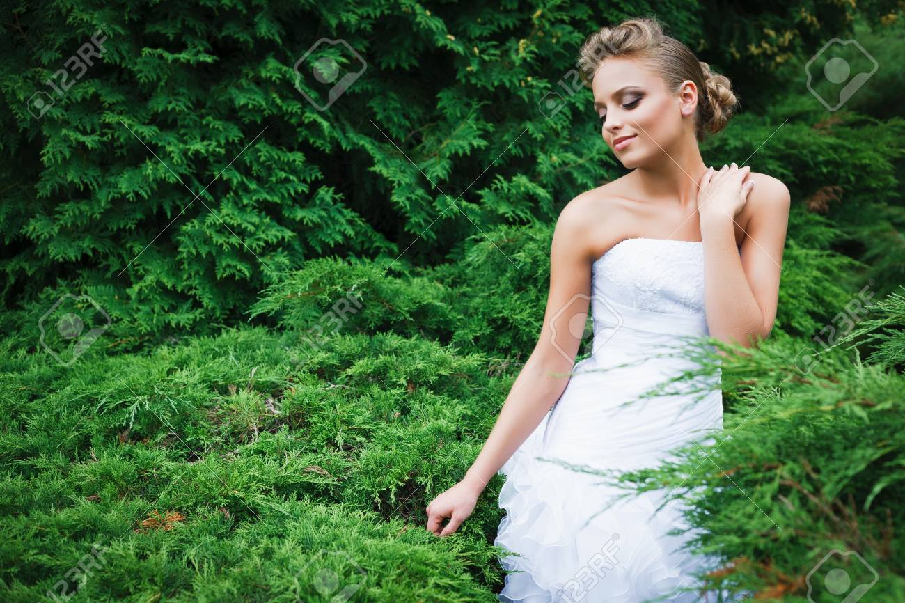 A beautiful bride in the white wedding dress. Stock Photo - 10485789