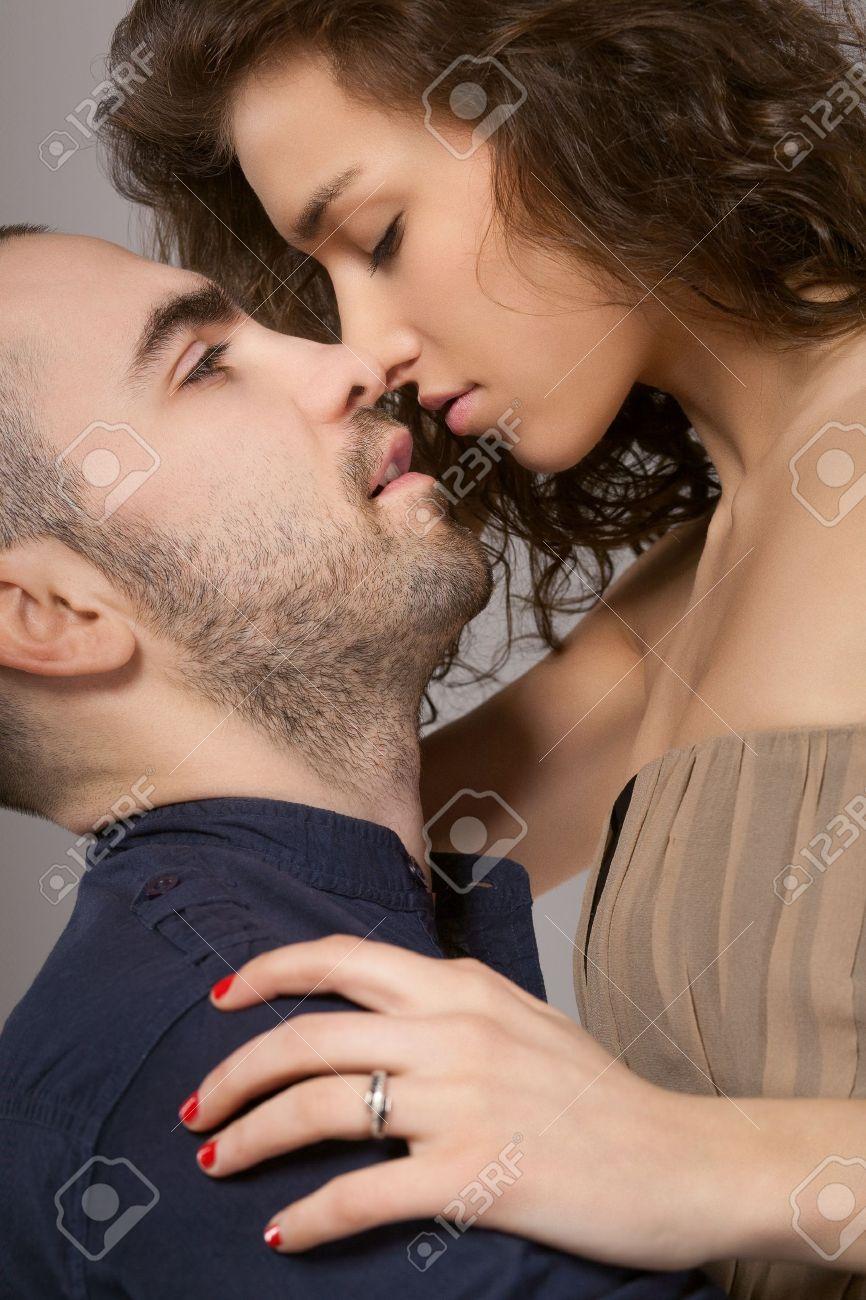 Смотреть смотреть сексуальный паень целует сексуальную девушку 2