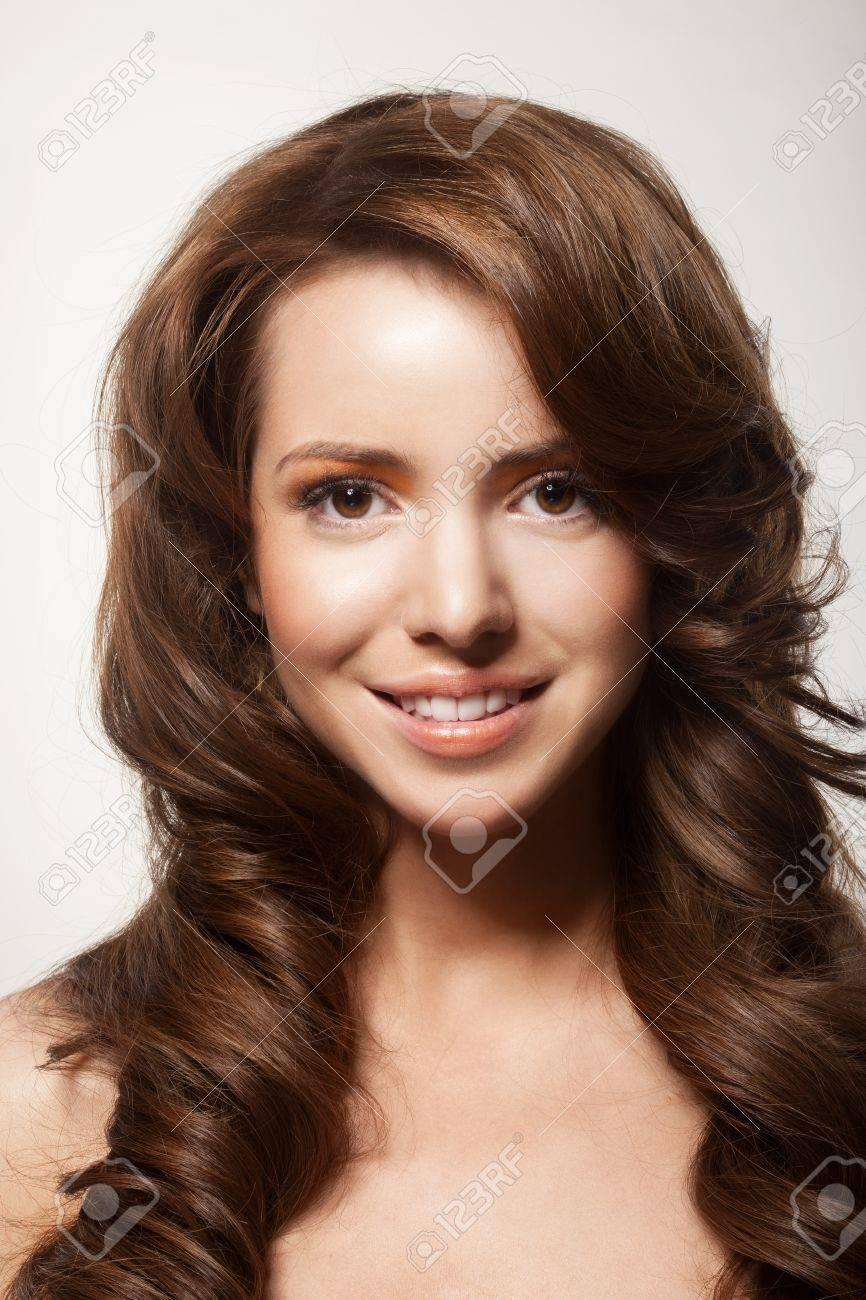 Schonen Weiblichen Gesicht Mit Make Up Und Glanzende Locken