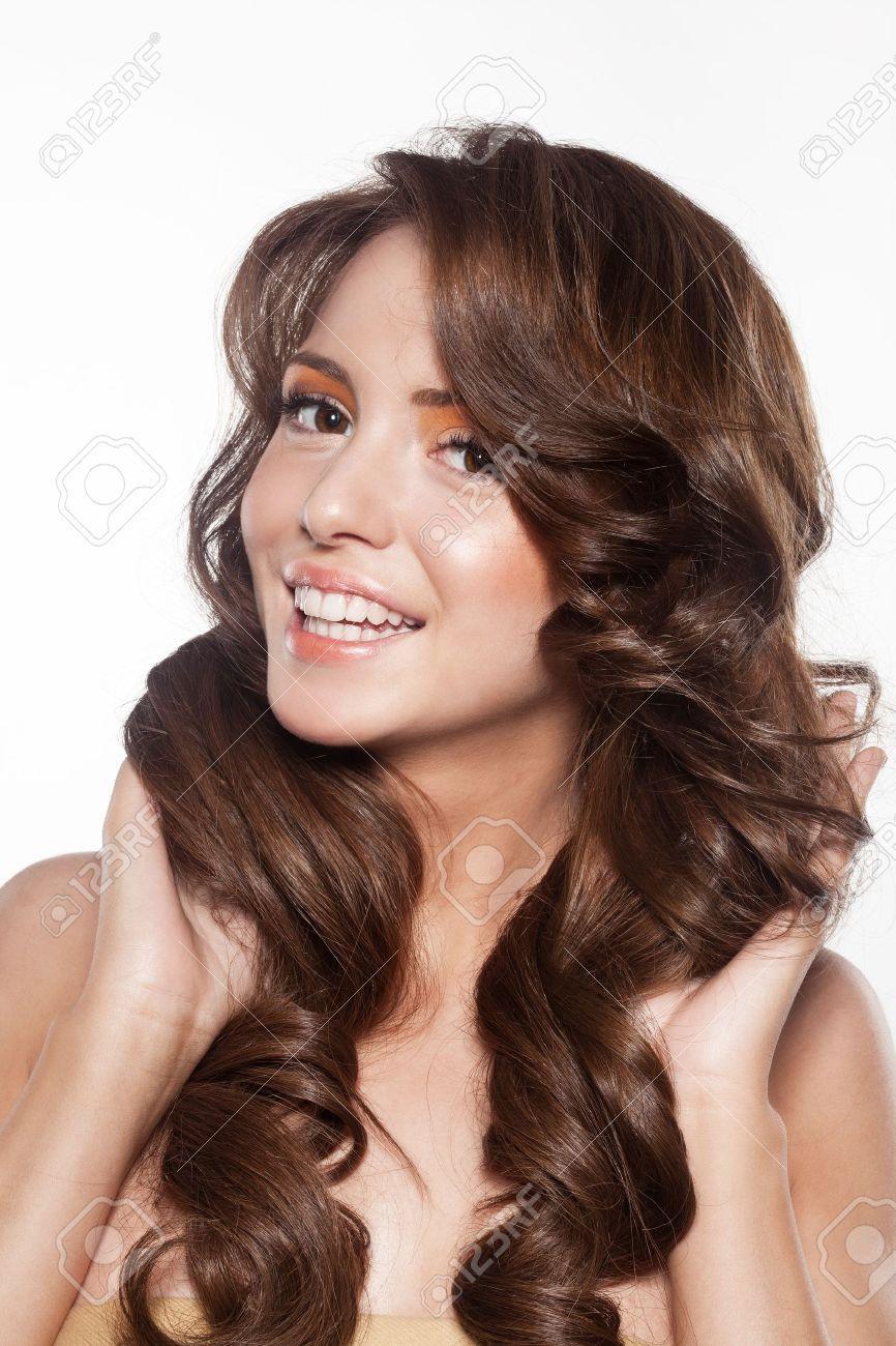 bello rostro femenino con maquillaje y el pelo rizado y brillante elegante peinado para cabello