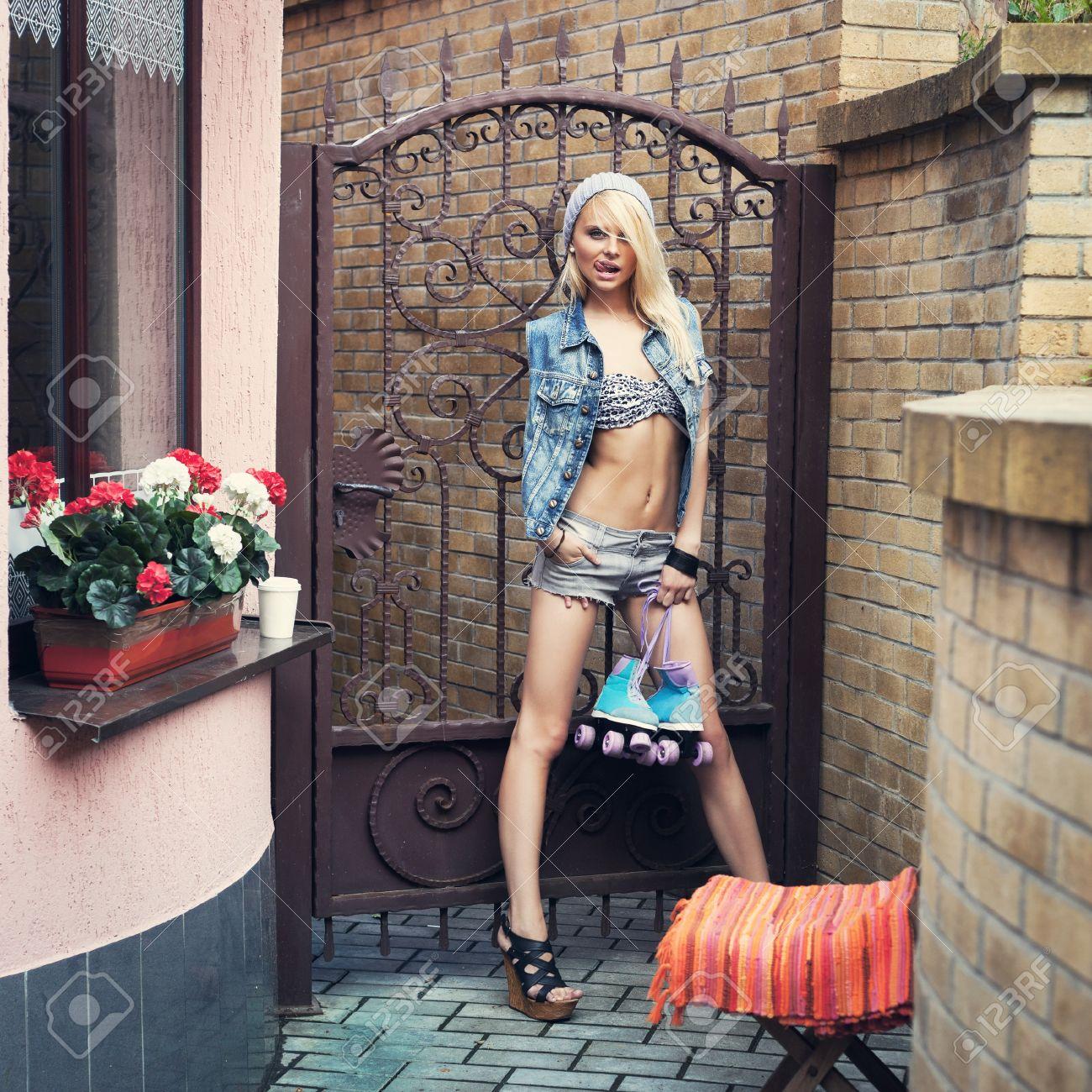 Симпатичная блондинка в джинсовых шортах