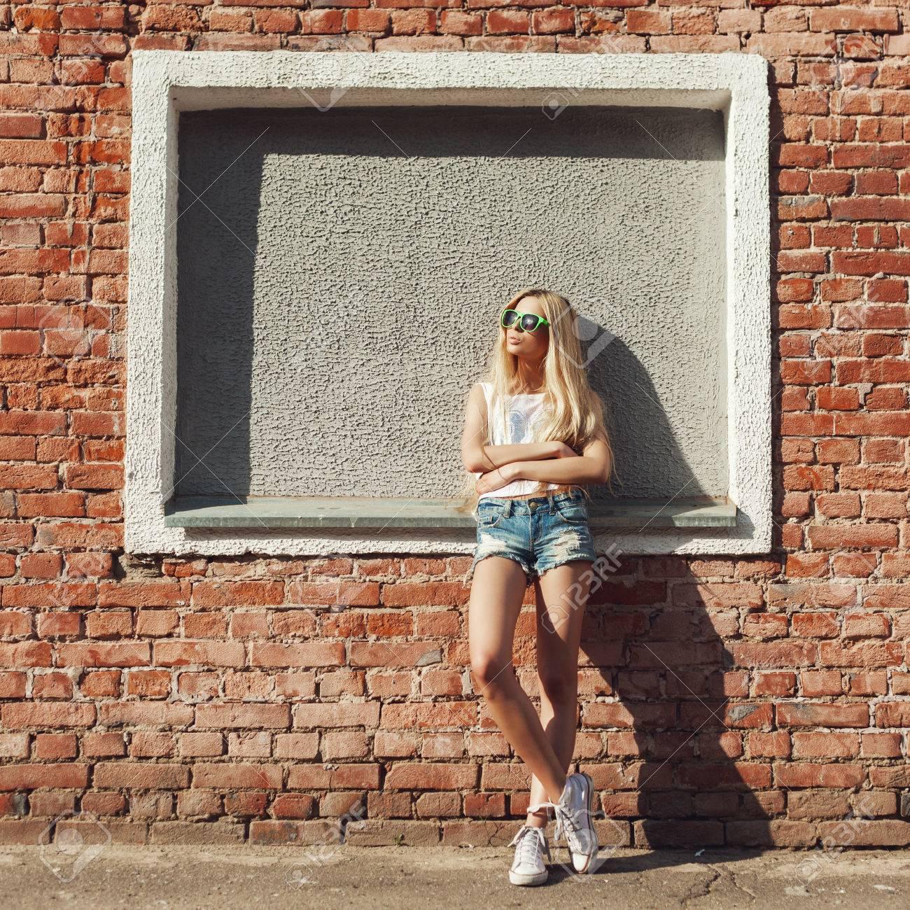 Фото девушки у стены идеи