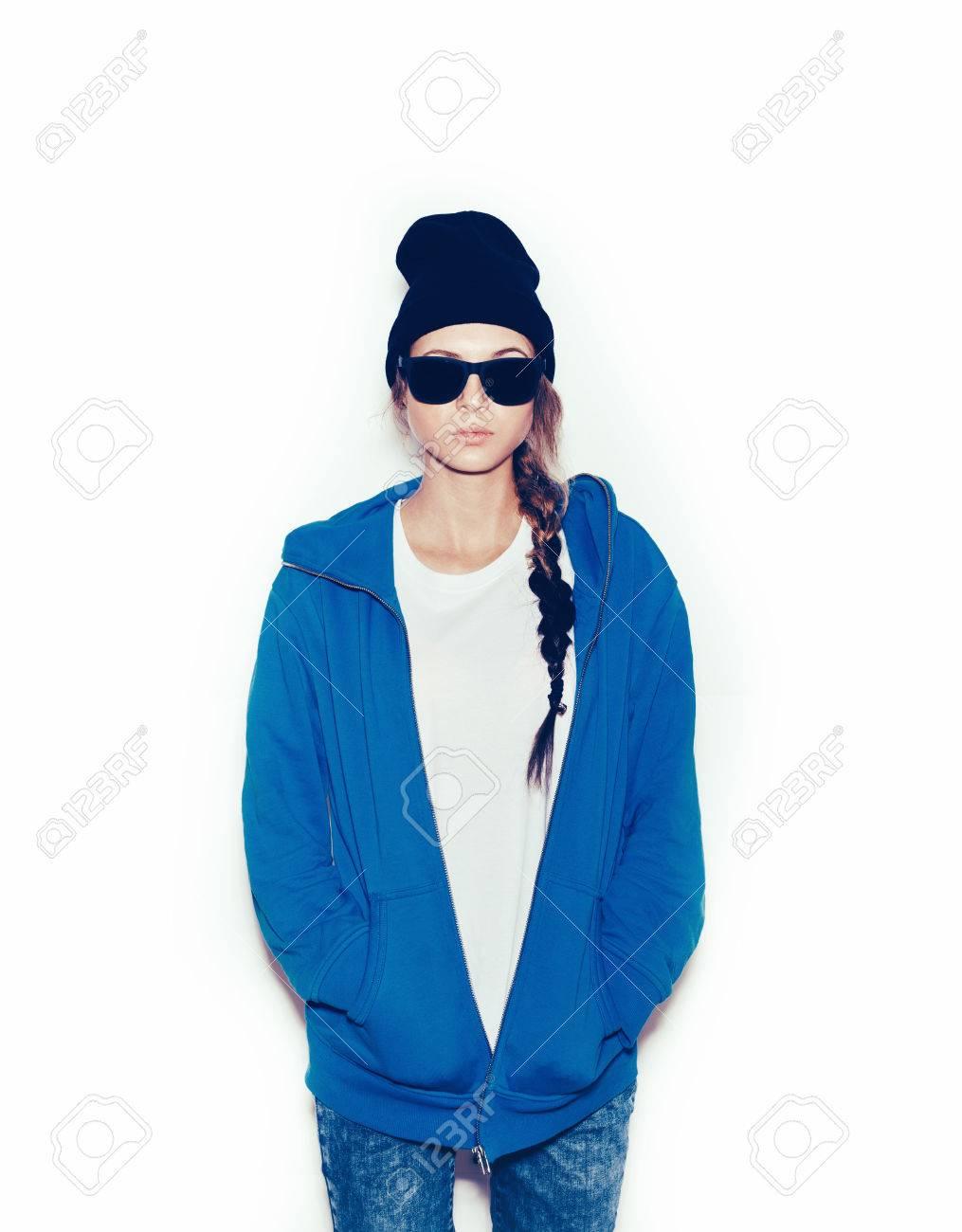 Banque d\u0027images , Hipster fille en coton ouaté bleu et bonnet noir sur fond  blanc