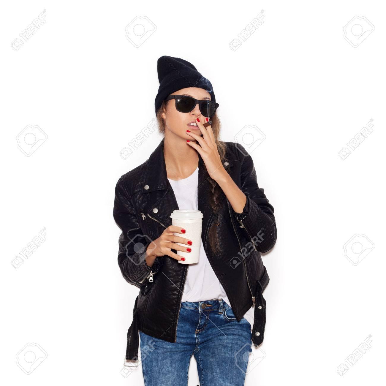 Con Negro Chica CigarrosMujer La Bonita BlancoNo CaféFondo De Taza Aislado En Y Sol Fumar Gafas Hipster Gorro SpMqUzV