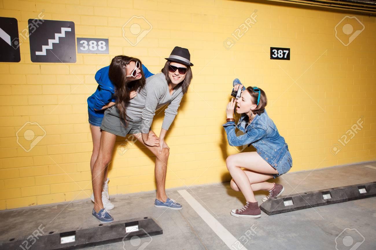 2 молодые девушки и один парень