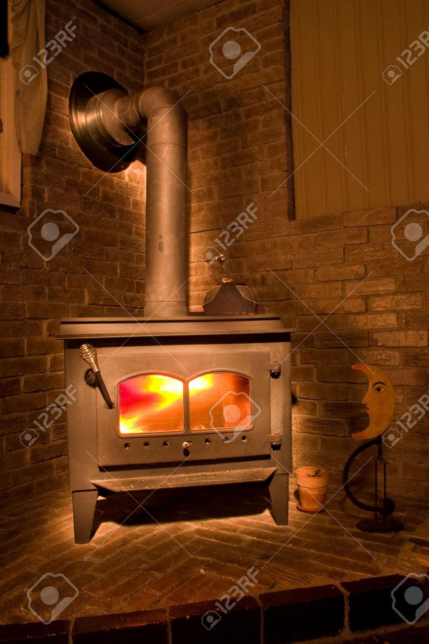 Kleine Gemutliche Kamin In Einer Ecke Bereit Warm Up Lizenzfreie Fotos Bilder Und Stock Fotografie Image 3592862