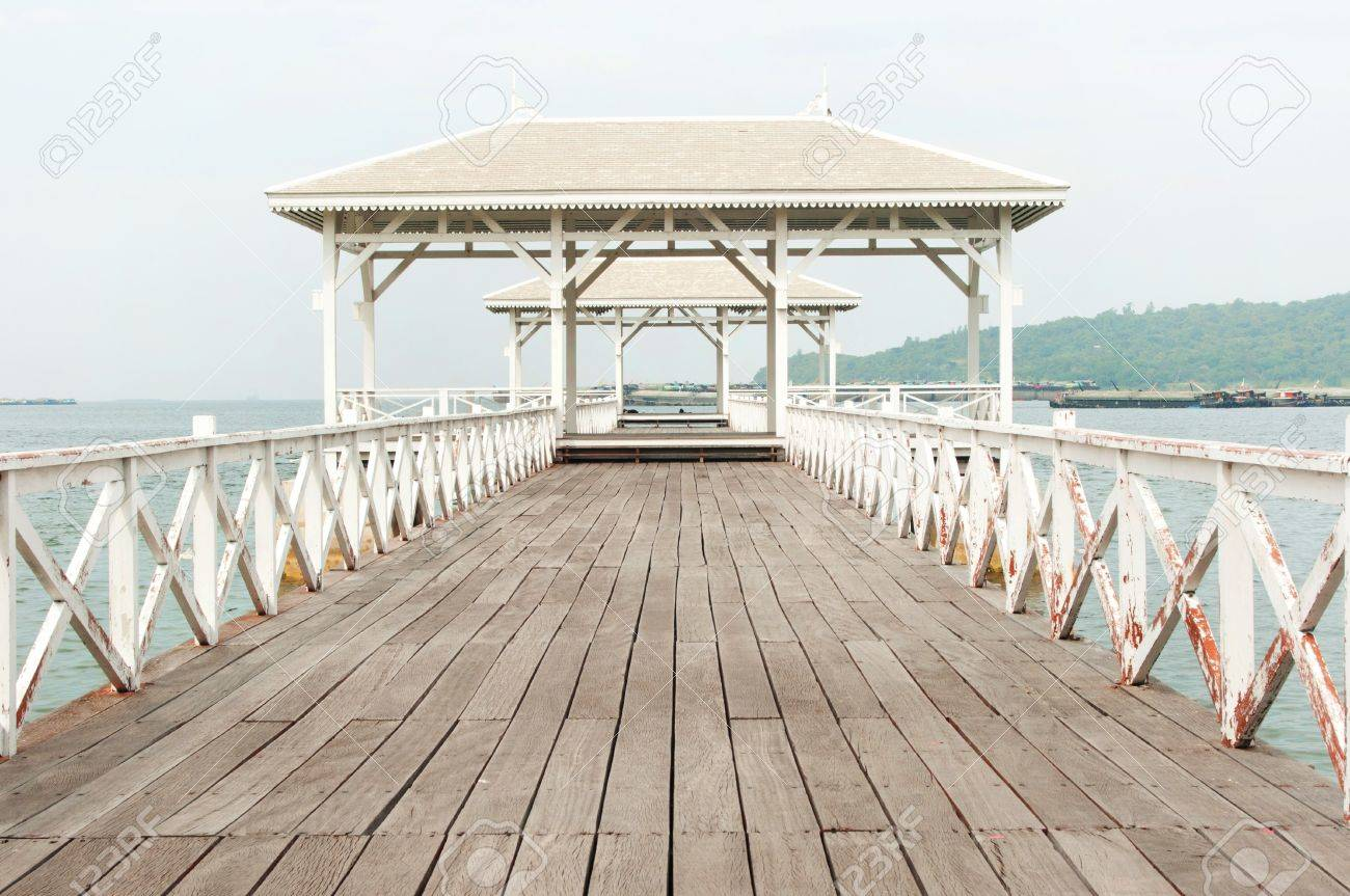 Beautiful wooden pier in Ko Si Chang island,Thailand Stock Photo - 11870126