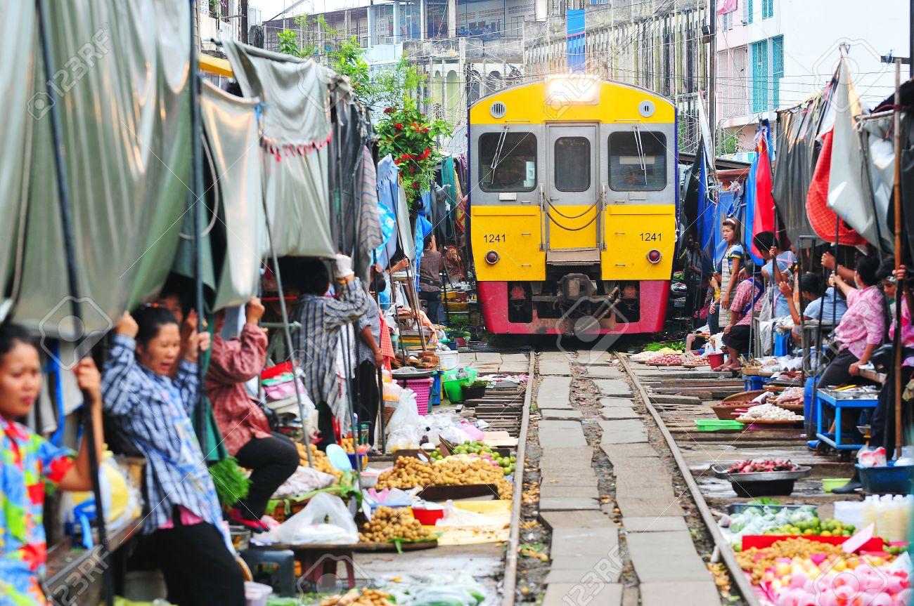 Resultado de imagem para maeklong market bangkok