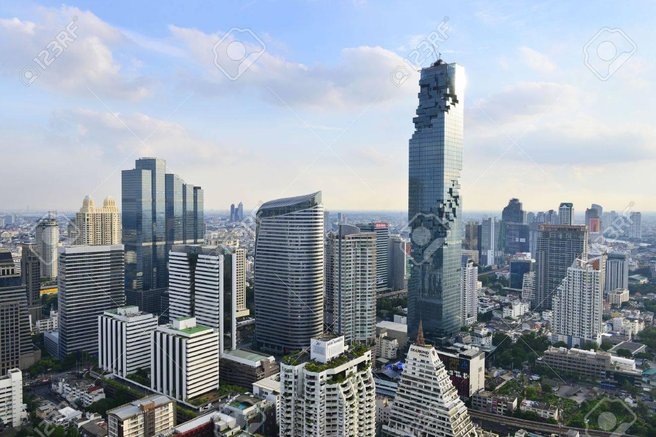 ビューの商業的モダンな建物とダウンタウン バンコク タイのマンション
