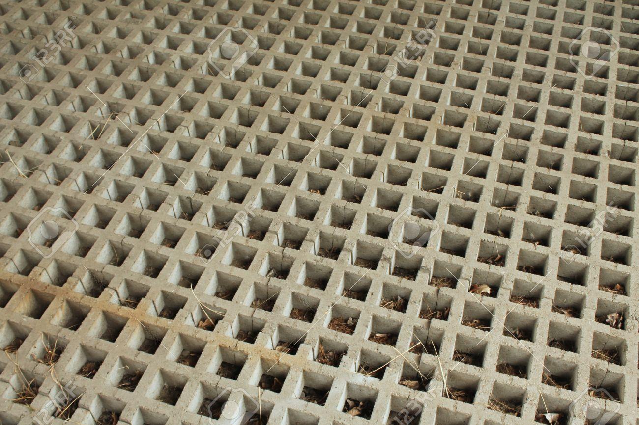 Reparto De Muro De Contención De Concreto Con Rejilla De Agujeros ...