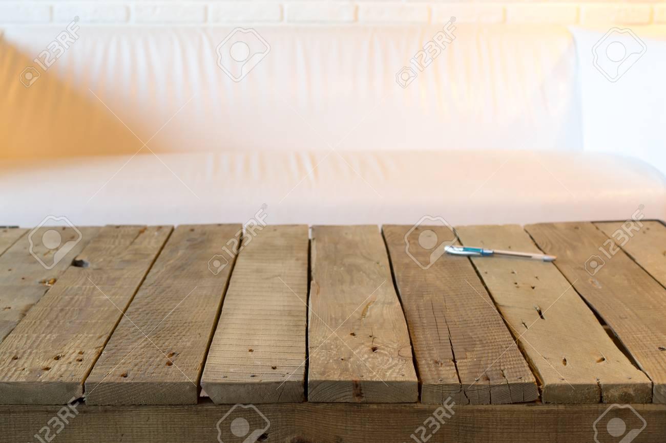 rustikaler holztisch mit einem blauen stift mit sofa des weißen