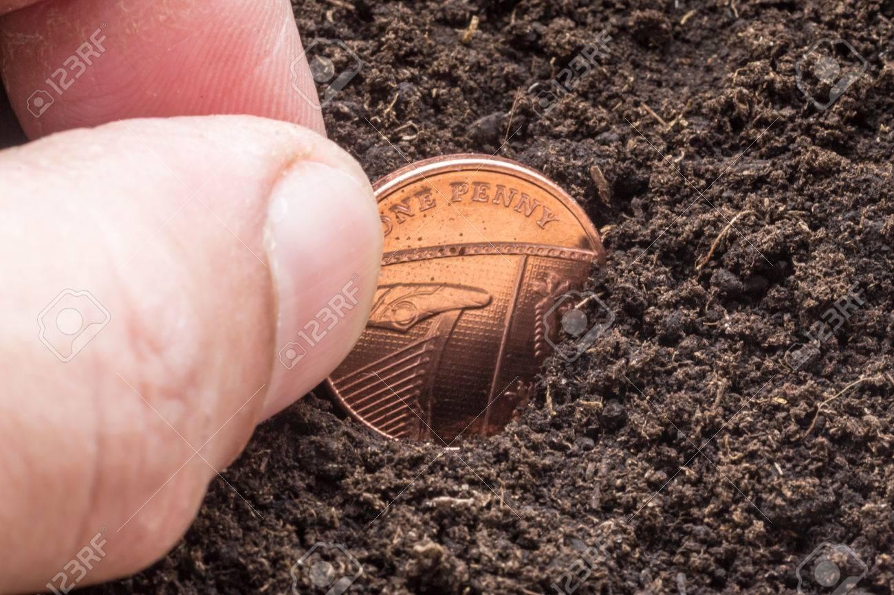 Männliche Hand Sät Eine Goldfarbene Englische Pence Münze In Einen