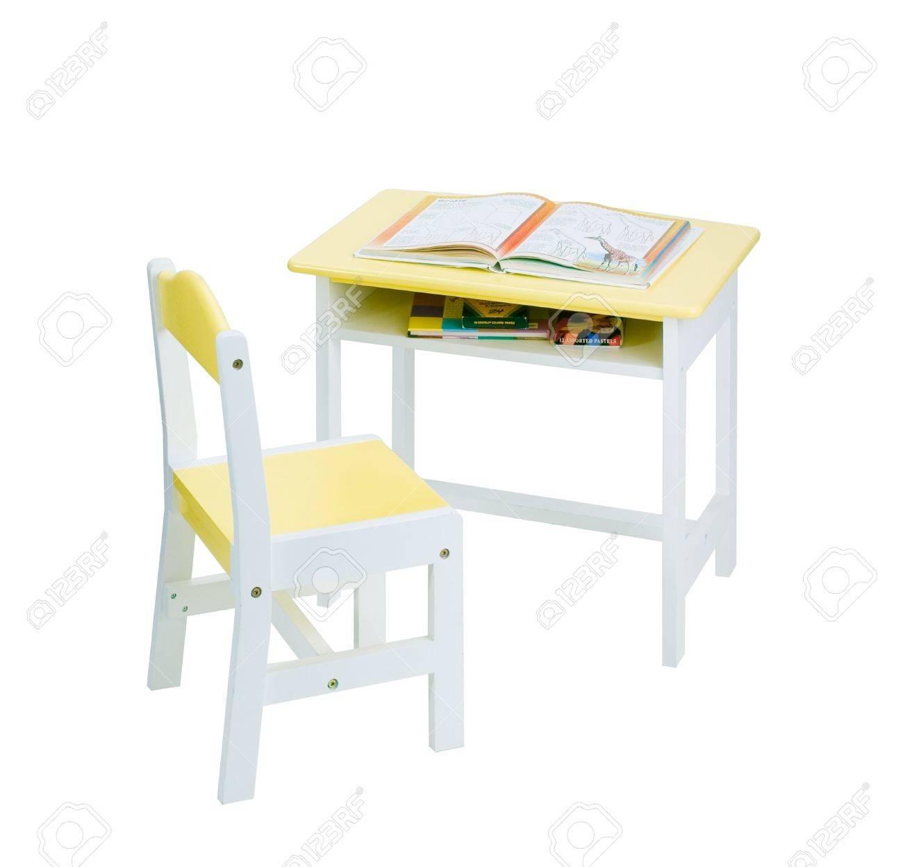 Hermosa silla de madera de color amarillo y un escritorio para niños