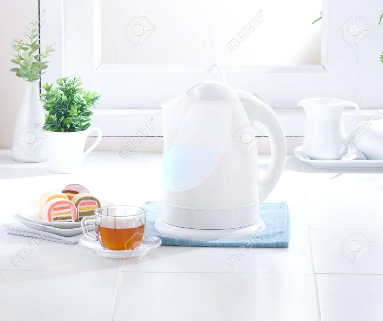 Nice And Clean Wasserkocher Im Hygiene Kuche Lizenzfreie Fotos