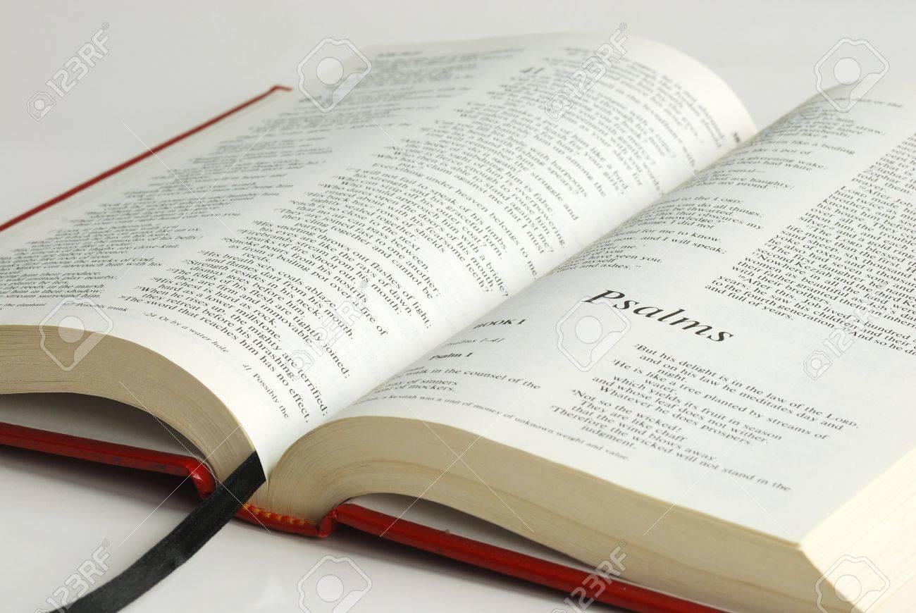Una Biblia Abierta Se Centró En La Palabra De Los Salmos Fotos