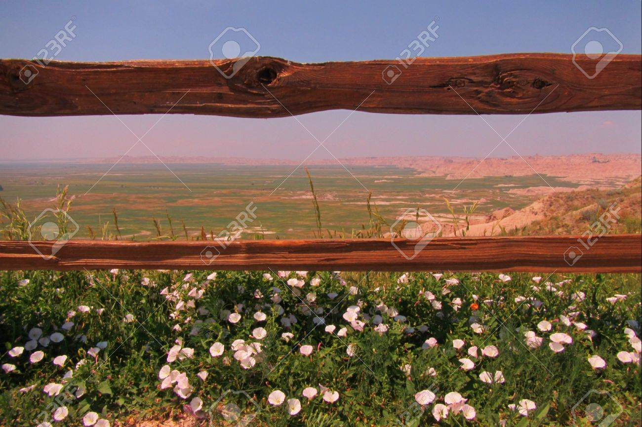Ein Holzzaun Umrahmt Ein Blick Von South Dakota Einzigartige ...