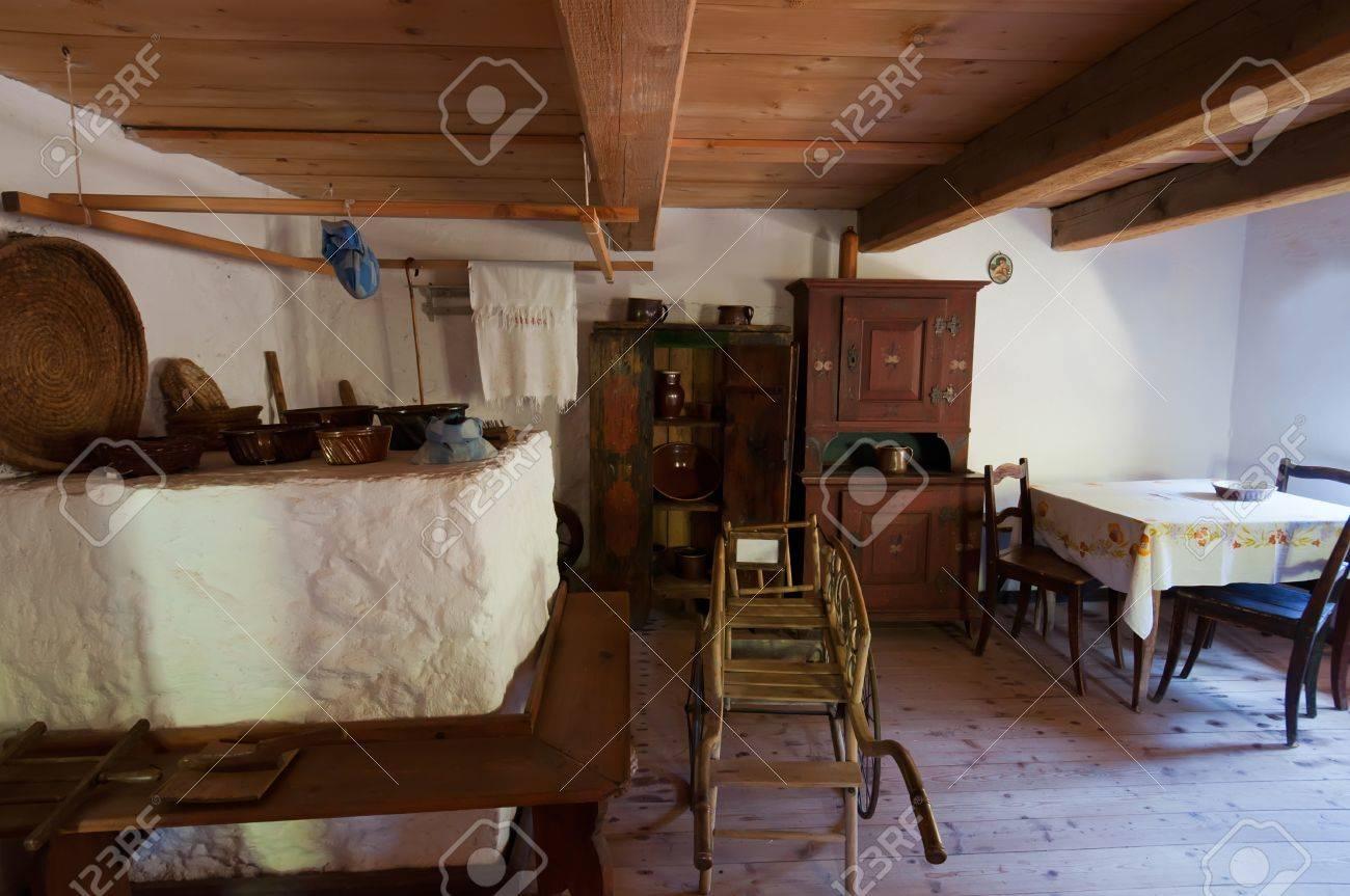 Vue De L Interieur Dans Une Vieille Maison En Bois Banque D Images