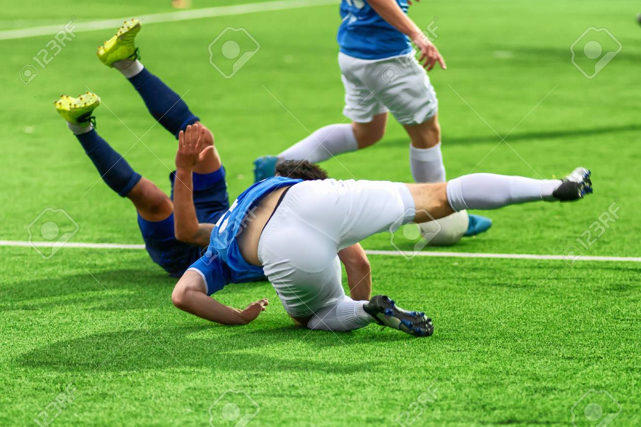 Soccer players play bad football. A footballer is injured during a violation of the rules of the game. Team leaves the competition. - 105208037