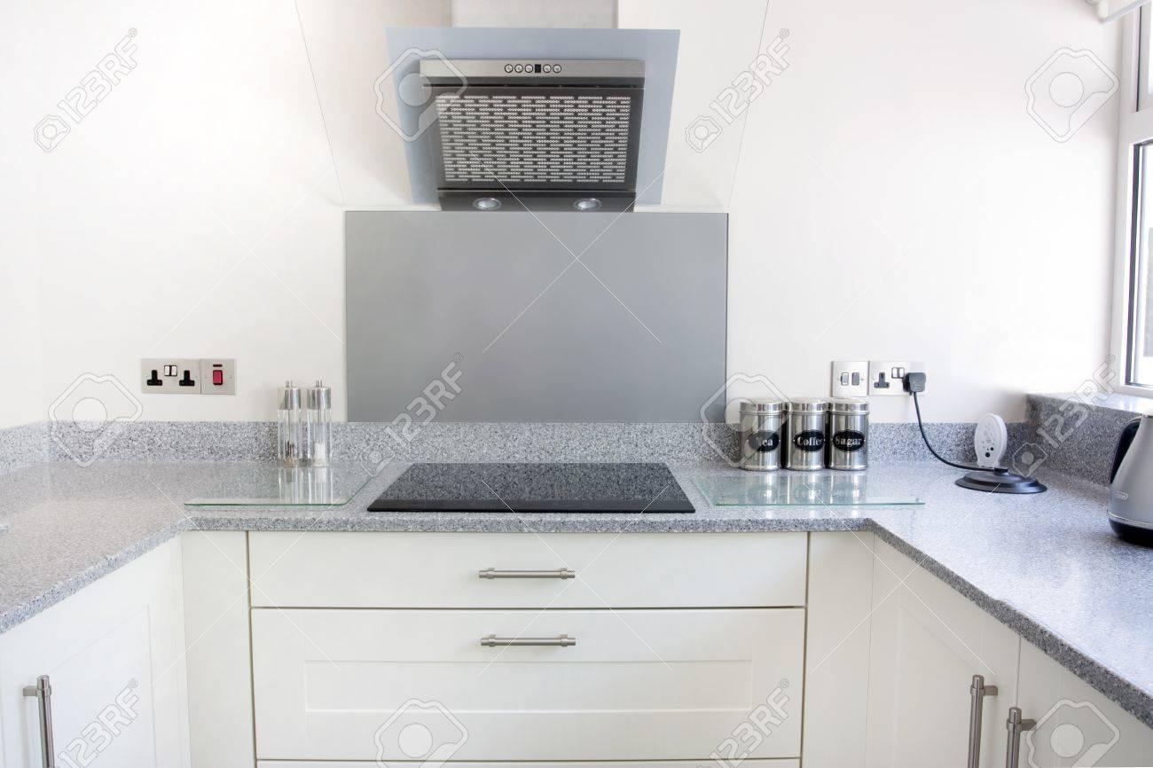 Witte nieuwe moderne keuken met kookplaat en afzuigkap royalty ...